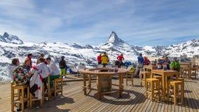 Barra de la estación de esquí con la opinión de Cervino imagenes de archivo
