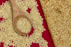 Barra de la miel del sésamo y semilla de sésamo imagen de archivo libre de regalías