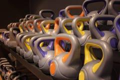 Barra de las pesas de gimnasia coloreadas de los deportes fotografía de archivo libre de regalías