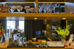 barra de madeira no interior do restaurante Foto de Stock Royalty Free