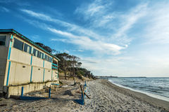Barra de madera de la playa por la orilla en Cerdeña Imagen de archivo