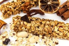 Barra de Muesli en un fondo blanco Alimento sano Dieta de la prote?na Dulzor sano Harina de avena y frutas secadas foto de archivo libre de regalías