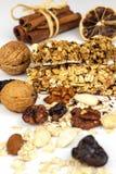 Barra de Muesli en un fondo blanco Alimento sano Dieta de la prote?na Dulzor sano Harina de avena y frutas secadas foto de archivo