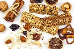 Barra de Muesli en un fondo blanco Alimento sano Dieta de la prote?na Dulzor sano Harina de avena y frutas secadas imágenes de archivo libres de regalías