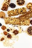 Barra de Muesli en un fondo blanco Alimento sano Dieta de la prote?na Dulzor sano Harina de avena y frutas secadas fotos de archivo