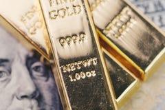 Barra de oro, lingotes o pila del lingote en billete de banco del dólar de EE. UU. de América imagenes de archivo