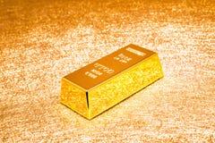 Barra de ouro no fundo dourado brilhante fotos de stock