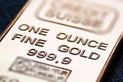 A barra de ouro pequena é uma onça fotos de stock royalty free