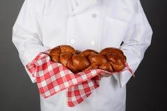 Barra de pan de Holding Fresh Baked del cocinero Imagenes de archivo
