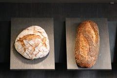 Barra de pan fresca en panadería Fotografía de archivo
