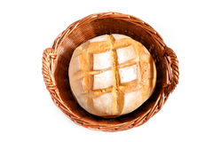 Barra de pan redonda en cesta tejida Imágenes de archivo libres de regalías