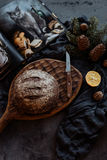 Barra de pan y cuchillo en una tabla fotografía de archivo