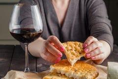 Barra de pan y vidrio quebrados de vino rojo Imagen de archivo