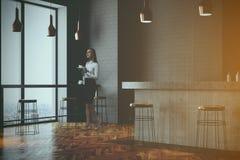 Barra de parede e canto cinzentos do café, mulher Fotos de Stock