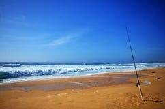 Barra de pesca en la playa imagen de archivo libre de regalías
