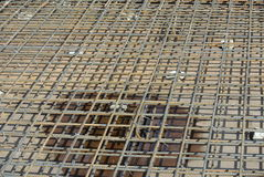 Barra de placa de piso del refuerzo en encofrado de la madera Foto de archivo
