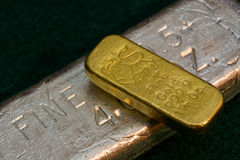 Barra de plata de la barra del lingote de oro de 1 onza (lingote) abajo Fotografía de archivo libre de regalías