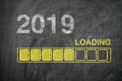 Barra de progreso que muestra el cargamento de 2019 Años Nuevos en la pizarra fotos de archivo