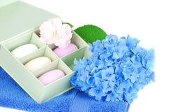 Barra de sabão, de toalha e de flores. foto de stock royalty free