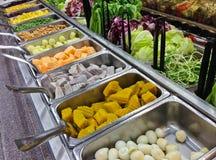 Barra de salada com os vários legumes frescos cortados no supermercado H Foto de Stock Royalty Free