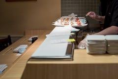 Barra de sushi con el primer del sushi Foto de archivo libre de regalías