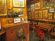 Barra de vinho velha em Londres, Inglaterra fotos de stock