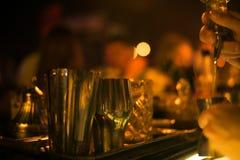 Barra del alcohol, vidrio de cóctel en contador de la barra, vidrio de cóctel en una barra, cóctel de consumición en barra, cócte Fotografía de archivo