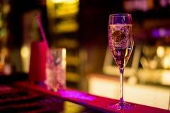 Barra del alcohol, vidrio de cóctel en contador de la barra, vidrio de cóctel en una barra, cóctel de consumición en barra, cócte Imagen de archivo