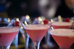Barra del alcohol, vidrio de cóctel en contador de la barra, vidrio de cóctel en una barra, cóctel de consumición en barra, cócte Foto de archivo