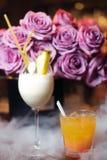 Barra del alcohol, vidrio de cóctel en contador de la barra, vidrio de cóctel en una barra, cóctel de consumición en barra, cócte Imagenes de archivo