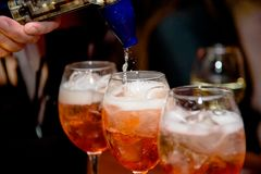 Barra del alcohol, vidrio de cóctel en contador de la barra, vidrio de cóctel en una barra, cóctel de consumición en barra, cócte Fotos de archivo