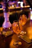 Barra del alcohol, vidrio de cóctel en contador de la barra, vidrio de cóctel en una barra, cóctel de consumición en barra, cócte Fotografía de archivo libre de regalías