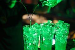 Barra del alcohol, vidrio de cóctel en contador de la barra, vidrio de cóctel en una barra, cóctel de consumición en barra, cócte Fotos de archivo libres de regalías