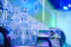 Barra del alcohol, vidrio de cóctel en contador de la barra, vidrio de cóctel en una barra, cóctel de consumición en barra, cócte Imagen de archivo libre de regalías