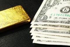 Barra del billete de banco y de oro Fotos de archivo