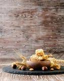 Barra del cereale con i dadi sulla tavola di legno, fuoco selettivo immagini stock libere da diritti