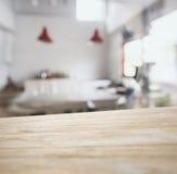 Barra del contatore del piano d'appoggio con il fondo vago della cucina Fotografia Stock Libera da Diritti