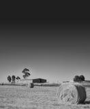 Barra del fieno e dell'azienda agricola sulla prateria Fotografia Stock