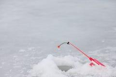 Barra del invierno en el primer del agujero del hielo imagen de archivo libre de regalías
