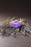 Barra del jabón natural de la lavanda en la jabonera de cerámica blanca Foto de archivo libre de regalías