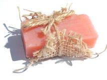 Barra del jabón rosada con la sombra en el fondo blanco fotos de archivo libres de regalías