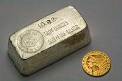 Barra del lingote de plata y moneda de oro viejas Foto de archivo libre de regalías