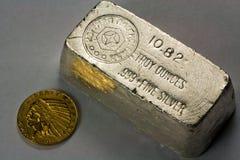 Barra del lingote de plata y moneda de oro viejas imagen de archivo libre de regalías