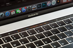 Barra del tacto del primer en el macbook favorable 2016 Imagenes de archivo