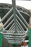 Barra del triángulo del metal en un patio Fotos de archivo