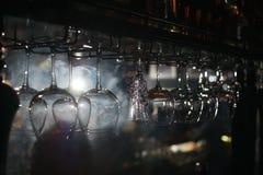 Barra dell'alcool, vetro di cocktail sul contatore della barra, vetro di cocktail in una barra, cocktail bevente nella barra, coc Fotografie Stock