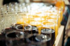 Barra dell'alcool, vetro di cocktail sul contatore della barra, vetro di cocktail in una barra, cocktail bevente nella barra, coc Immagini Stock
