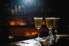 Barra dell'alcool, vetro di cocktail sul contatore della barra, vetro di cocktail in una barra, cocktail bevente nella barra, coc Immagine Stock Libera da Diritti