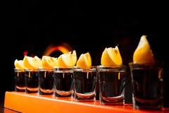 Barra dell'alcool, vetro di cocktail sul contatore della barra, vetro di cocktail in una barra, cocktail bevente nella barra, coc Fotografie Stock Libere da Diritti