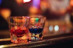 Barra dell'alcool, vetro di cocktail sul contatore della barra, vetro di cocktail in una barra, cocktail bevente nella barra, coc Immagine Stock